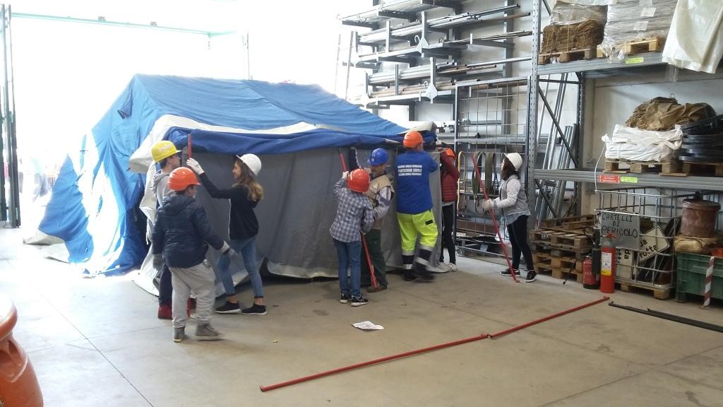 i ragazzi di terza media in visita al capannone montano le tende